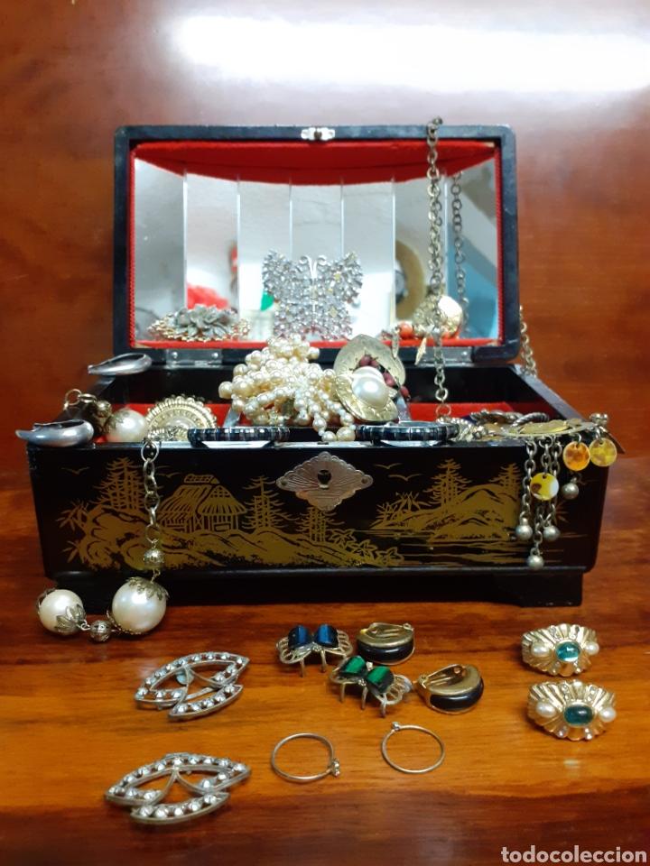 Joyeria: Antiguo joyero con motivos orientales lleno de joyas, colgantes, pendientes, broches antiguos... - Foto 2 - 261120060