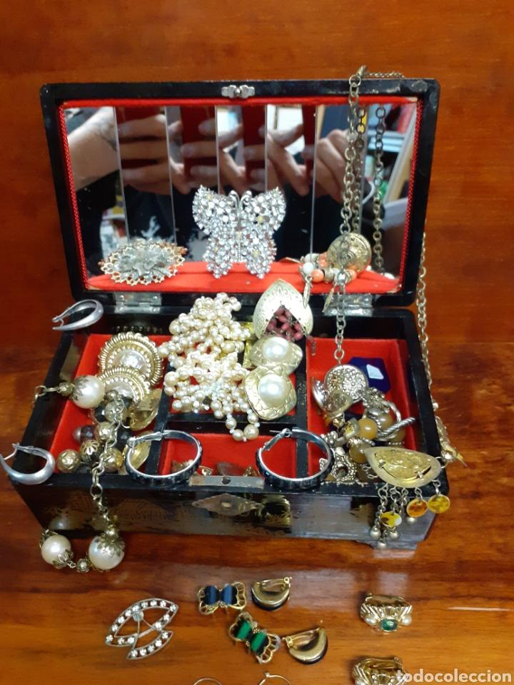 Joyeria: Antiguo joyero con motivos orientales lleno de joyas, colgantes, pendientes, broches antiguos... - Foto 3 - 261120060