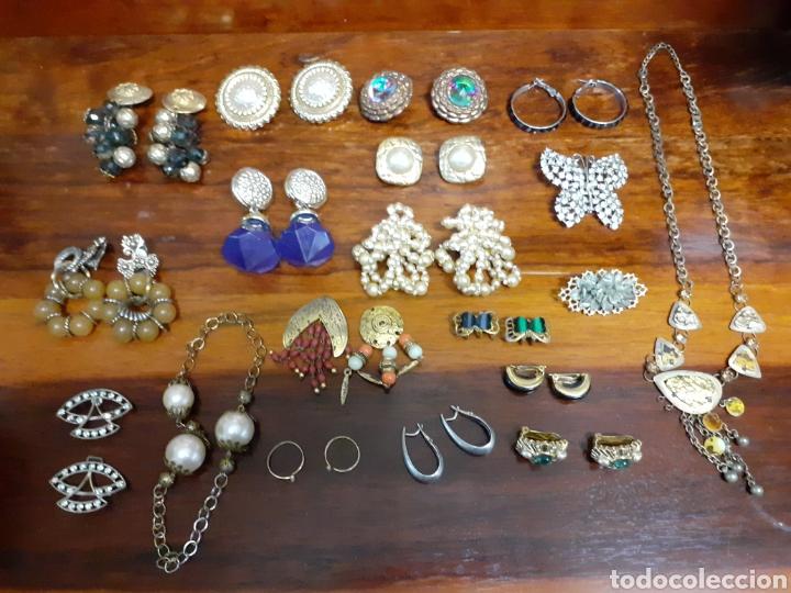 Joyeria: Antiguo joyero con motivos orientales lleno de joyas, colgantes, pendientes, broches antiguos... - Foto 4 - 261120060