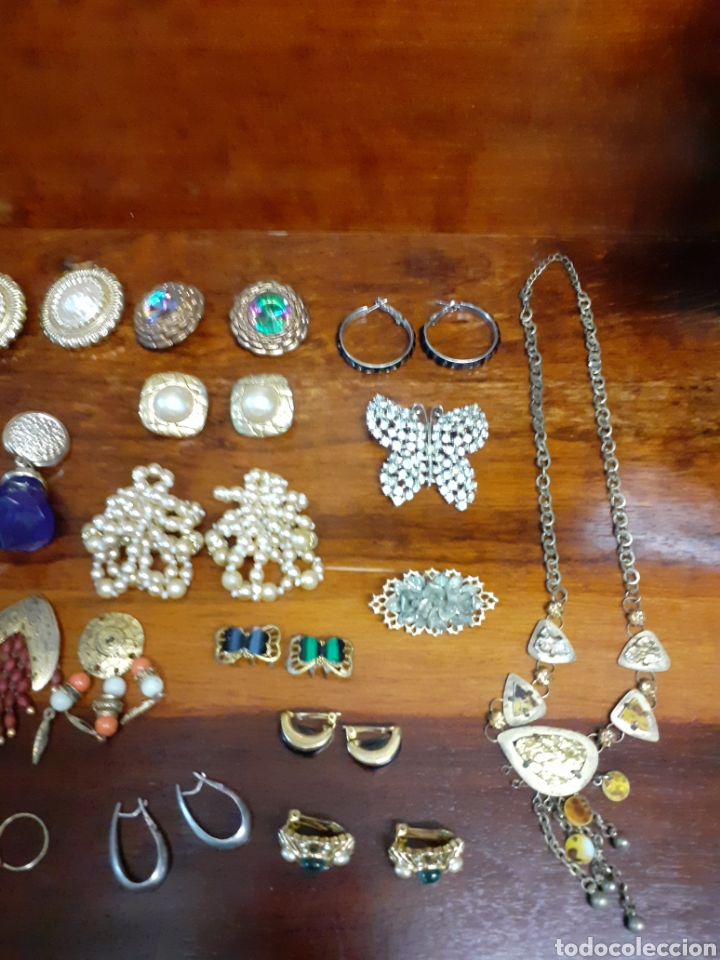 Joyeria: Antiguo joyero con motivos orientales lleno de joyas, colgantes, pendientes, broches antiguos... - Foto 5 - 261120060