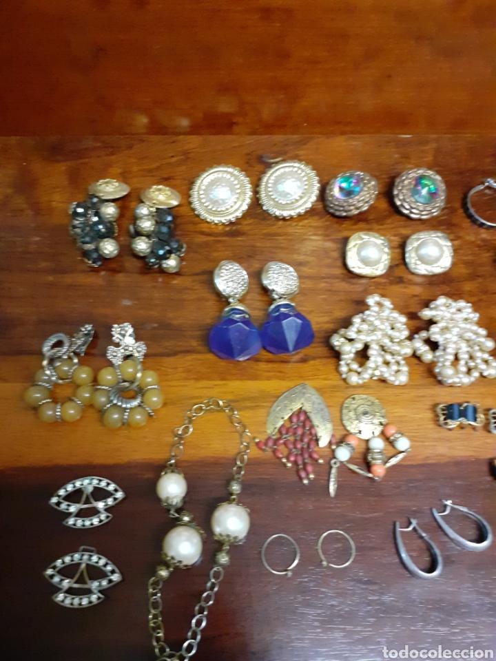 Joyeria: Antiguo joyero con motivos orientales lleno de joyas, colgantes, pendientes, broches antiguos... - Foto 6 - 261120060