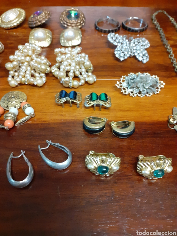 Joyeria: Antiguo joyero con motivos orientales lleno de joyas, colgantes, pendientes, broches antiguos... - Foto 8 - 261120060
