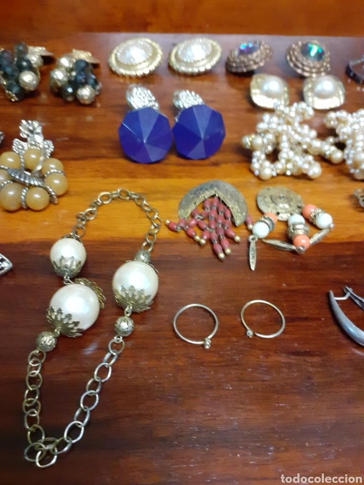 Joyeria: Antiguo joyero con motivos orientales lleno de joyas, colgantes, pendientes, broches antiguos... - Foto 9 - 261120060