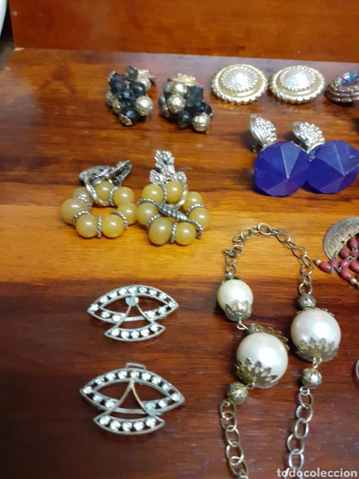 Joyeria: Antiguo joyero con motivos orientales lleno de joyas, colgantes, pendientes, broches antiguos... - Foto 10 - 261120060