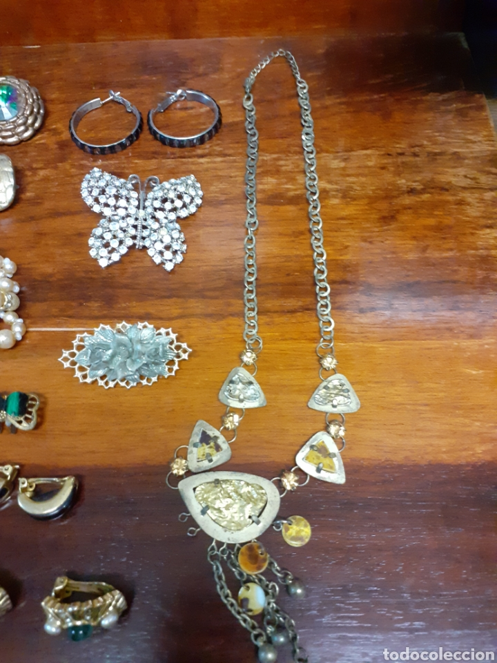 Joyeria: Antiguo joyero con motivos orientales lleno de joyas, colgantes, pendientes, broches antiguos... - Foto 11 - 261120060
