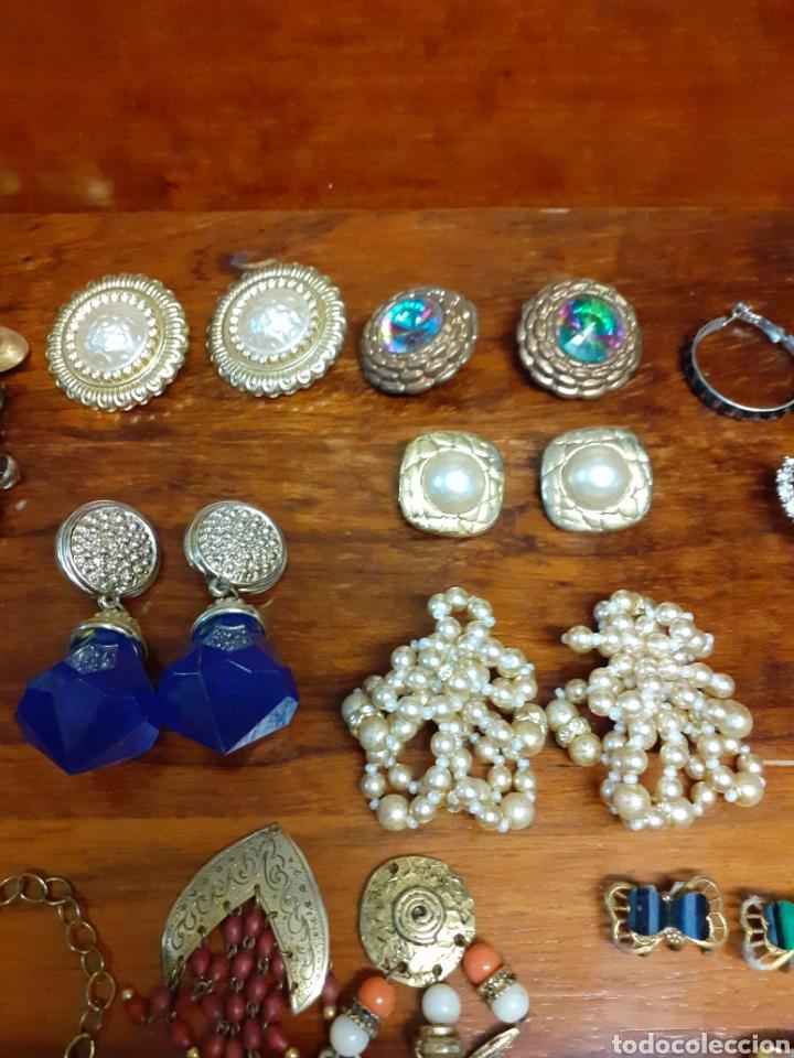 Joyeria: Antiguo joyero con motivos orientales lleno de joyas, colgantes, pendientes, broches antiguos... - Foto 12 - 261120060