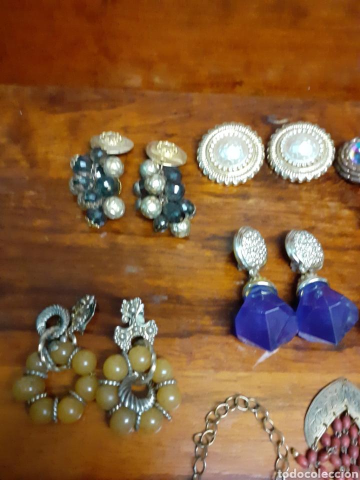 Joyeria: Antiguo joyero con motivos orientales lleno de joyas, colgantes, pendientes, broches antiguos... - Foto 13 - 261120060