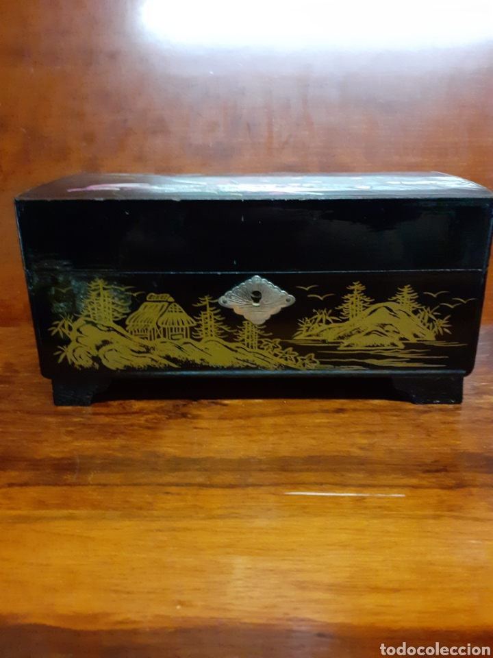 Joyeria: Antiguo joyero con motivos orientales lleno de joyas, colgantes, pendientes, broches antiguos... - Foto 15 - 261120060