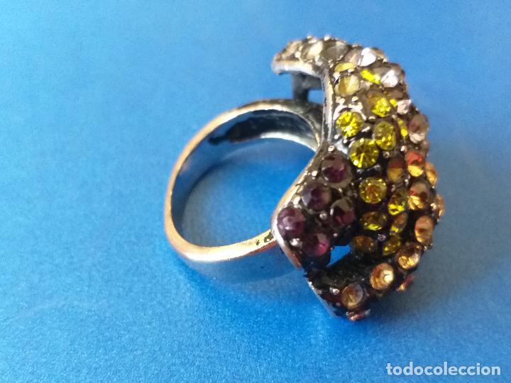 Joyeria: Anillo o sortija. Metal y piedras de diferentes colores. Diámetro 1,5 cm - Foto 2 - 261151465