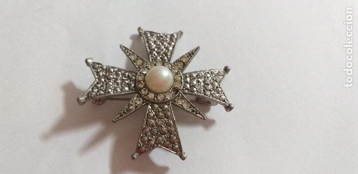 Joyeria: Broche en forma de cruz. Metal plateado, con marquesita y perla. 4,5 cm de diámetro - Foto 2 - 275554243