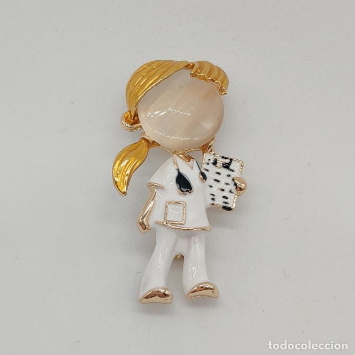 Joyeria: Original broche enfermera o doctora chapada en oro con esmaltes y cabujón de cristal . - Foto 3 - 276033188