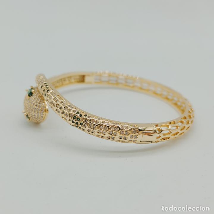 Joyeria: Elegante brazalete de lujo con forma de serpiente chapada en oro 18k y cuajado de circonitas . - Foto 3 - 277501123