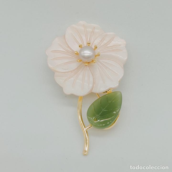 Joyeria: Bello broche de flor estilo vintage chapado en oro de 18k, nácar, símil de jade y perla auténtica . - Foto 2 - 277506848