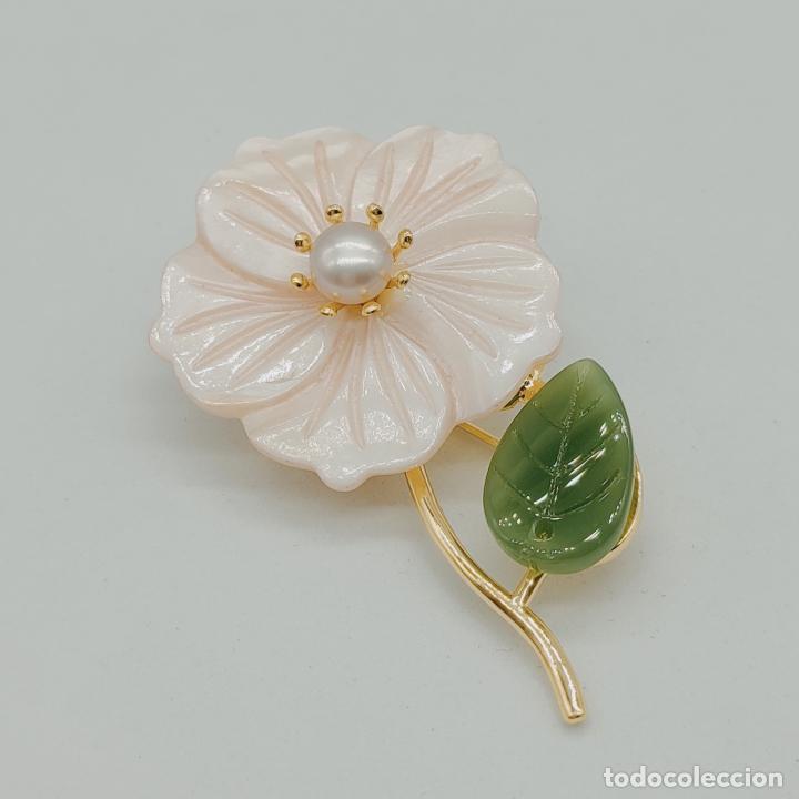 Joyeria: Bello broche de flor estilo vintage chapado en oro de 18k, nácar, símil de jade y perla auténtica . - Foto 3 - 277506848