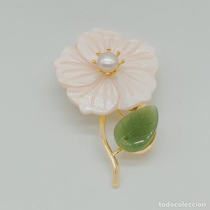 Joyeria: Bello broche de flor estilo vintage chapado en oro de 18k, nácar, símil de jade y perla auténtica . - Foto 4 - 277506848