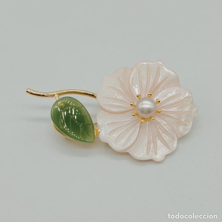 Joyeria: Bello broche de flor estilo vintage chapado en oro de 18k, nácar, símil de jade y perla auténtica . - Foto 5 - 277506848