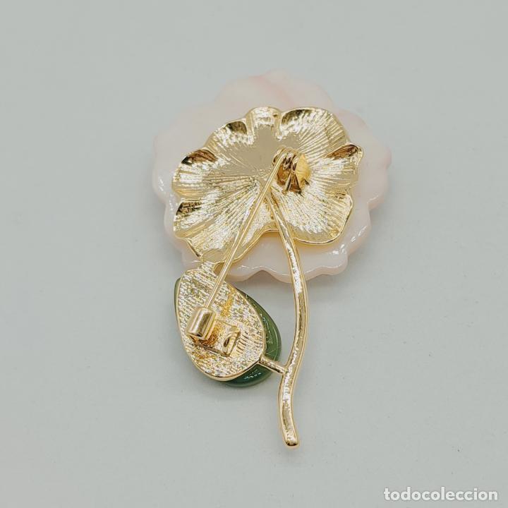 Joyeria: Bello broche de flor estilo vintage chapado en oro de 18k, nácar, símil de jade y perla auténtica . - Foto 6 - 277506848