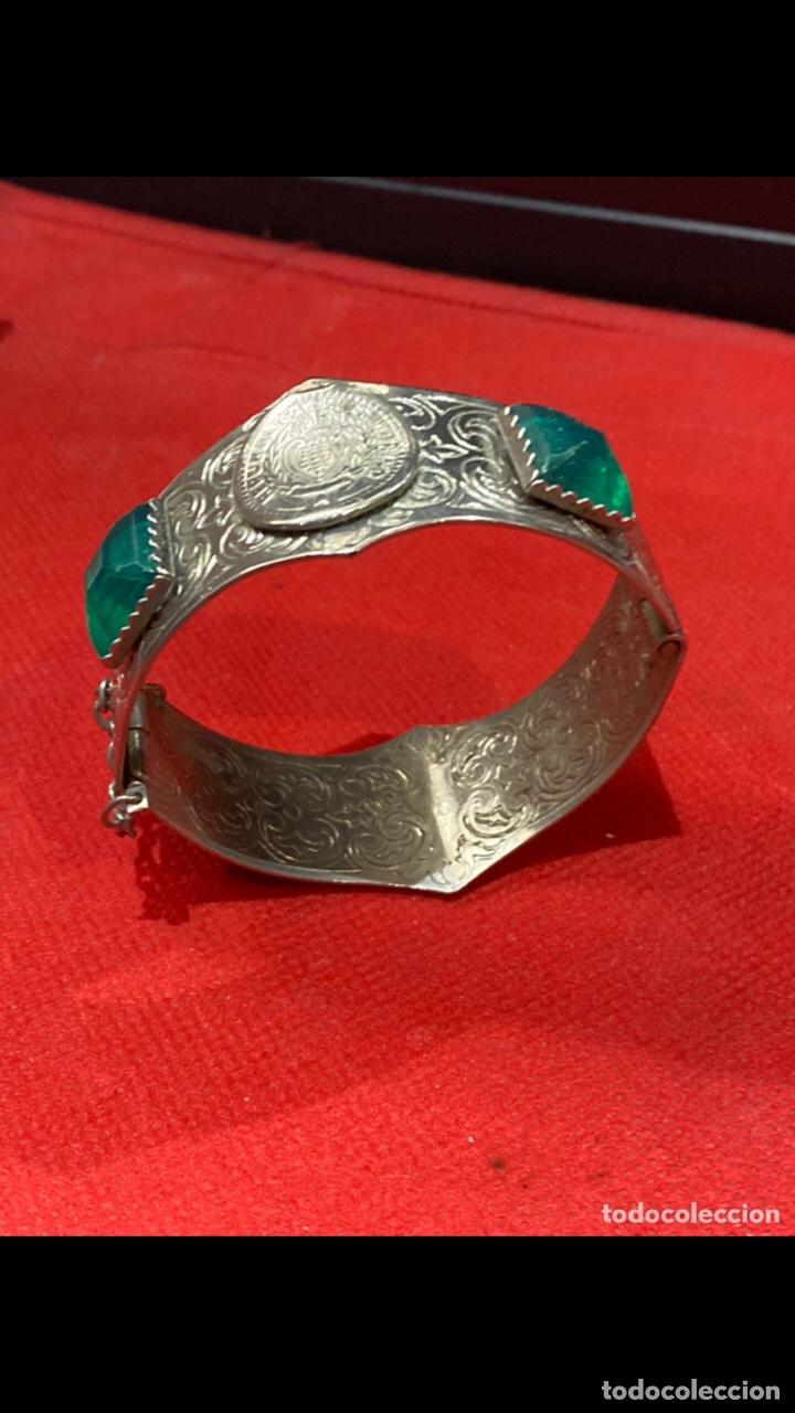 Joyeria: Antiguo brazalete tallado decorado con piedras verdes y monedas republica si marino . Ver fotos - Foto 5 - 286212908