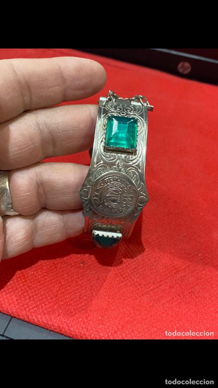 Joyeria: Antiguo brazalete tallado decorado con piedras verdes y monedas republica si marino . Ver fotos - Foto 6 - 286212908