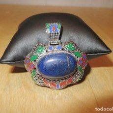 Joalheria: COLGANTE GRANDE METAL PLATEADO ESMALTES PIEDRA CENTRAL AZUL. Lote 287978343