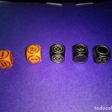 Juegos Antiguos: LOTE 5 DADOS DE JUEGO DE MESA O ROL DUNGEONS DRAGONS DE PARKER-HASBRO . Lote 120239607