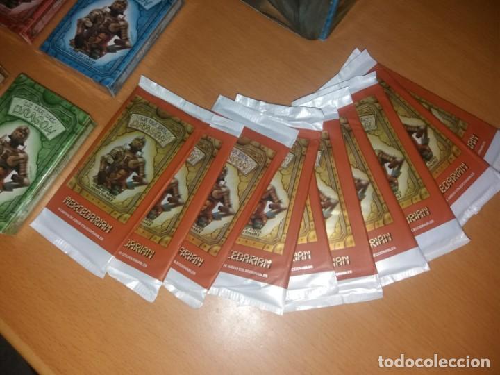 Juegos Antiguos: Lote La Ira del Dragón Completo 4 barajas precintadas,sobres y el difícil expositor - Foto 4 - 172109255