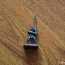 Juegos Antiguos: MINIATURA BÁRBARO HÉROE HEROQUEST MB 1989 FIGURA PLÁSTICO JUEGO MESA ESTRATEGIA. Lote 151738362