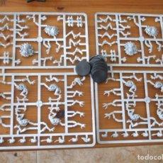 Juegos Antiguos: WARHAMMER 40K: MATRICES Y PEANAS PARA 8 GENESTEALERS DEL CODEX TIRÁNIDO. Lote 217716021