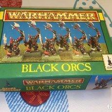 Juegos Antiguos: CAJA O&G GAMES WORKSHO 6 FIGURAS DE WARHAMMER DE PLÁSTICO 1996 ORCOS NEGROS BLACK ORCS. Lote 236228980