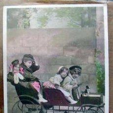 Juegos antiguos: ANTIGUA POSTAL DE NIÑOS JUGANDO CON UN COCHE 1912. Lote 970356