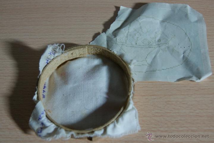 Juegos antiguos: Antiguo Bastidor de madera con la tela y hoja de labores - Pequeño jueguete - Foto 4 - 41263480