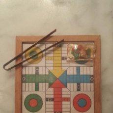 Juegos antiguos: TABLERO DE PARCHÍS , EN MINIATURA , CON FICHAS Y PINZA PARA MOVER LAS , EN PERFECTO ESTADO .. Lote 42474283