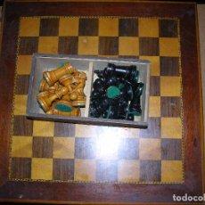 Juegos antiguos: TABLERO DE AJEDREZ Y PIEZAS DE MADERA STAUNTON 5. Lote 97135427