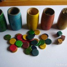 Juegos antiguos: 5 CUBILETES CON FICHAS EN MADERA. Lote 140666024