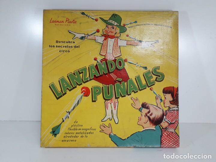 ANTIGUO JUGUETE LANZANDO PUÑALES DE LANMAN PLASTIC (Juguetes - Juegos - Otros)