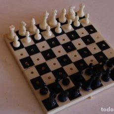 Juegos antiguos: PEQUEÑO JUEGO DE AJEDREZ PORTÁTIL EN PLÁSTICO. Lote 151138302