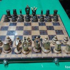 Juegos antiguos: MUY ANTIGUO TABLERO DE AJEDREZ CON SUS PIEZAS TALLADAS. BUEN ESTADO. Lote 164862318
