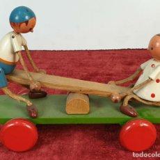 Juegos antiguos: PAREJA DE NIÑOS EN BALANCÍN. JUGUETE DE MADERA POLICROMADA A MANO. SIGLO XX. . Lote 177983270