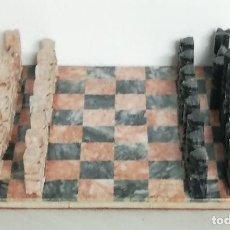 Juegos antiguos: JUEGO DE AJEDREZ REALIZADO EN ALABASTRO, FIGURAS BELLAMENTE TALLADAS, EL TABLERO MIDE 28 X 28 CMS.. Lote 226675445