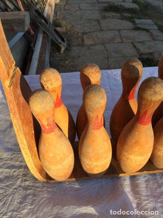 Juegos antiguos: Antiguo juguete juego de billas de madera con soporte y bola de madera marca Bowling años 50 - Foto 2 - 230787795