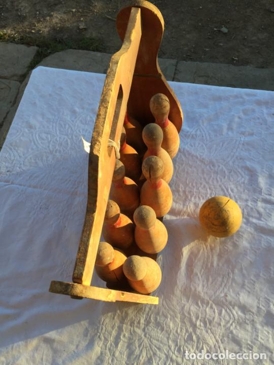 Juegos antiguos: Antiguo juguete juego de billas de madera con soporte y bola de madera marca Bowling años 50 - Foto 12 - 230787795