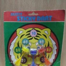Juegos antiguos: ANTIGUO BLISTER JUEGO DE DARDOS DE KIOSCO, SAFETY STICKY DART. Lote 253556860