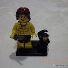 Juegos construcción - Lego: LEGO MINIFIGURA ORIGINAL TARZAN CON CUCHILLO MONO Y BASE NEGRA - MINI FIGURA. Lote 53581812