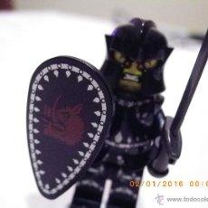Juegos construcción - Lego: LEGO MINIFIGURA ORIGINAL CABALLERO NEGRO CON ESPADA Y ESCUDO - MINI FIGURA. Lote 53581889