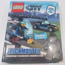 Juegos construcción - Lego: LIBRO DE LEGO CITY BRICKMASTER CON 130 PIEZAS Y 2 FIGURAS , COMPLETO. Lote 254634280