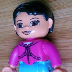 Juegos construcción - Lego: FIGURA LEGO DUPLO CHICA CON CHAQUETA ROSA . Lote 114803647