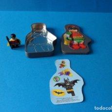 Juegos construcción - Lego: FIGURA LEGO - ROBIN DE BATMAN CON CAJA METALICA Y PEGATINAS. Lote 51767567