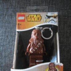 Juegos construcción - Lego: LEGO STAR WARS FIGURA CHEWBACCA LLAVERO LINTERNA LED. NUEVO. Lote 132283650