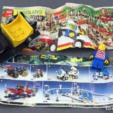 Juegos construcción - Lego: LOTE LEGO COCHE MUÑECO Y DOS CATÁLOGOS. Lote 185718338