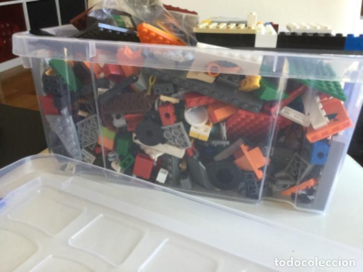 CONTENEDOR CON CIENTOS DE PIEZAS DE LEGO (Juguetes - Construcción - Lego)